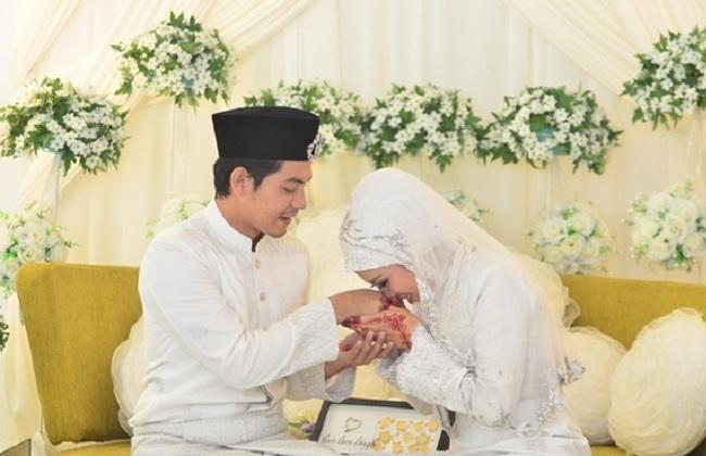 Image result for cium tangan suami